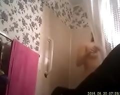 فتاة تتعرى في الحمام